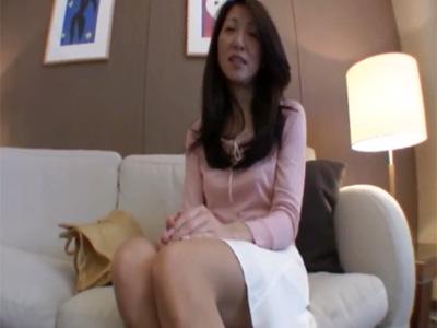 【五十路熟女動画】スリム美人奥さんが家族に嘘を言ってAV撮影に参加…旦那以外のチンポで生ハメ中出し!