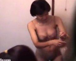 【素人の熟女・人妻動画】露天風呂の脱衣所で40代、50代の豊満な素人人妻たちの着替えを隠し撮り!