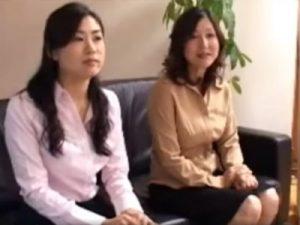 【四十路熟女動画】娘と40代の美人母親が一緒にAV出演…お互いに乱れまくる!※親子証明書あり