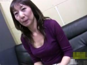 【ナンパ無修正熟女動画】50代素人の巨乳美人奥様をネット番組と騙して捕獲…スタジオで生ハメセックス!