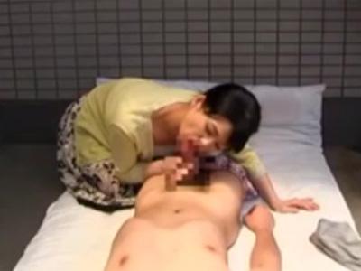 【近親相姦熟女動画】50代のスリム母親が自宅のベランダにて息子を誘い野外セックスで腰振りファック!