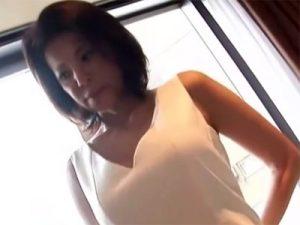 【五十路熟女動画】素人スレンダー美脚巨乳奥様がAV撮影に参加…おまこに生挿入中出しセックス!