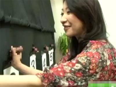 【四十路熟女動画】素人夫婦が「旦那のチンポ当て」クイズに参加…罰ゲームで主人が横に居るのにハメられる!