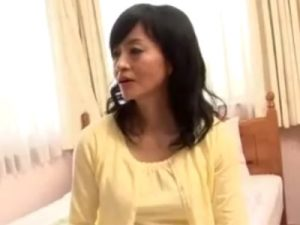 【無修正熟女動画】50代の美人母親が息子の友達に甘えられてイケない関係に…歳の差の濃厚セックス!