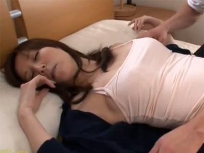 【澤村レイコ熟女動画】息子が熟睡してる四十路の綺麗な巨乳母親に悪戯してたら我慢出来ず近親相姦セックス!
