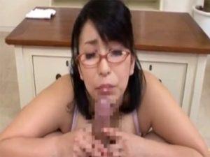 【フェラチオ熟女動画】四十路のぽっちゃり爆乳メガネ家庭教師が教え子を誘惑しながらチンポをご奉仕!