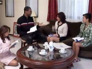 【無修正熟女動画】五十路美熟女マダム達が英会話の黒人先生のデカラマに興味深々でしゃぶって濃厚セックス!