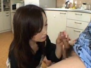 【フェラチオ熟女動画】五十路の美熟女お母さんがキッチンで息子を椅子に座らせて包茎チンポを優しくご奉仕!