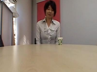 【四十路熟女動画】バツイチの素人美熟女が興味本位でAV面接…会議室で即エッチで激しく犯す!