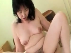 【無修正熟女動画】五十路のチンポ大好きな淫乱ムッチリ巨乳おばさんが生ハメセックスで大量中出し!