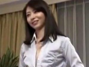 【四十路熟女動画】「オナニー覗いてたでしょ…」息子の友人を誘惑して禁断セックスに持ち込む美人奥様!