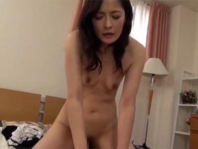 【四十路熟女動画】40代の美人奥様が旦那の寝てる横で部下を襲って若い肉棒で濃厚セックス!