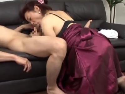 【フェラチオ熟女動画】五十路美熟女が童貞君の勃起チンポを美味しそうにしゃぶって精子を絞り取る!