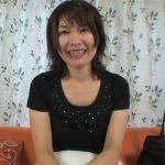 【無修正熟女動画】三十路素人のスリム美人妻にカメラの前でオナニーさせてハメ撮りセックス!