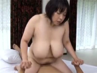 【五十路熟女動画】Lカップ爆乳美熟女が自慢の胸を見て貰いたくてAV出演…初撮りで濃厚セックスでパイ射!