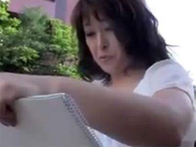 【無修正熟女動画】公園で絵を描いてる50代素人の豊満美熟女をナンパ…自宅でハメ撮り中出しセックス!