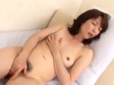 【オナニー熟女動画】40代のスレンダー貧乳奥様が完熟したマンコを指マンで弄り淫らな自慰行為!