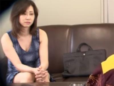 【無修正熟女動画】悪徳商法に騙された40代素人の豊満な巨乳奥様が事務所で詐欺師に激しくハメられる!