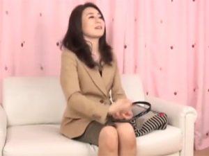 【ナンパ熟女動画】50代素人貧乳奥様を謝礼で釣ってAV撮影に参加させて中出しセックス!