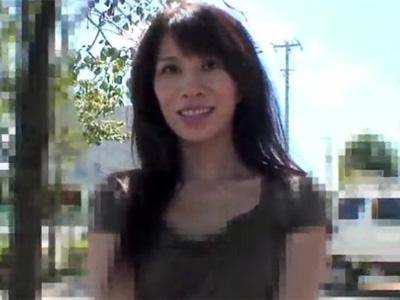 【無修正熟女動画】四十路素人の欲求不満のスリムなセレブ美人妻が刺激を求めてAV出演!