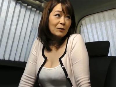 【ナンパ熟女動画】50代素人の豊満な巨乳奥さんを謝礼で捕獲…カーセックスで無許可中出し!