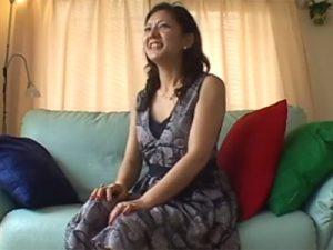 【無修正熟女動画】40代素人のピアノ教師の妖艶なスリム美熟女がAV出演…新人男優と濃厚セックス!