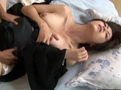 【北条麻妃無修正熟女動画】未亡人の三十路巨乳母親が息子と仏前の前で近親相姦セックスに堕ちる!