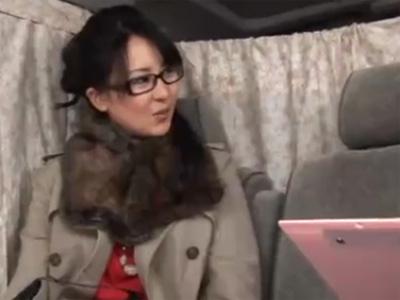 【ナンパ熟女動画】30代素人のメガネ美人妻を捕獲…高額謝礼で口説き落としてラブホで生中出し!
