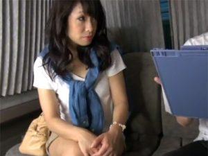 【ナンパ熟女動画】40代素人のスレンダーなセレブ奥様を捕獲…電マで悪戯してラブホで顔射セックス!