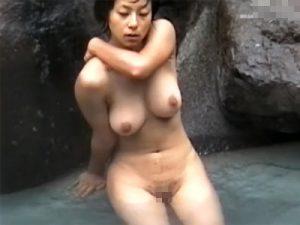 【盗撮熟女動画】露天風呂にいた四十路の豊満な巨乳奥さんを隠し撮り…張りのあるおっぱいに釘付け!