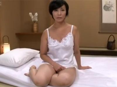 【五十路熟女動画】欲求不満なスレンダー貧乳美熟女が久しぶりのチンポに性欲を爆発させて中出しSEX!