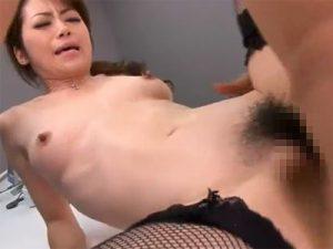 【北条麻妃無修正熟女動画】三十路のセクシー巨乳OLが社長を誘惑してオフィスで中出しSEX!