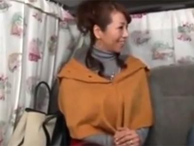 【ナンパ熟女動画】セレブアンケートと騙して50代素人の欲求不満の巨乳奥様を捕獲…完熟マンコに生中出し!