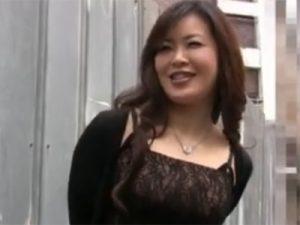【無修正熟女動画】街角で五十路のドスケベな巨乳美魔女が男性を逆ナンパしてラブホに誘って中出しセックス!