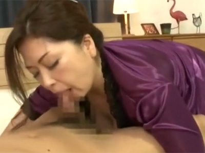【フェラチオ熟女動画】四十路美熟女の豊満な巨乳母親がお風呂で極上パイズリからベッドの上で濃厚おしゃぶり!