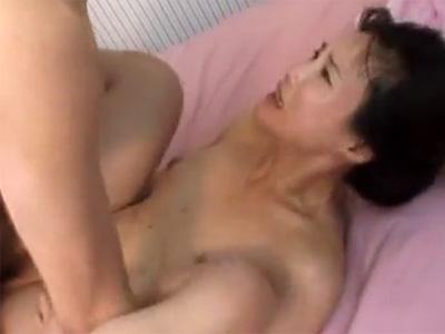 【近親相姦無修正熟女動画】四十路のスタイル良い巨乳母親の身体を息子が悪戯して禁断SEX!