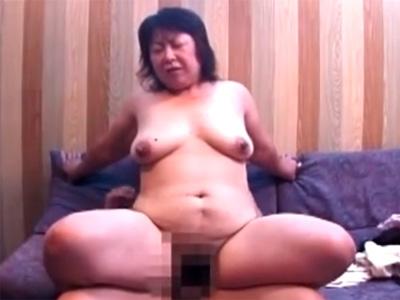 【近親相姦熟女動画】50代のぽっちゃり巨乳母親がラブホテルで息子と濃厚ハメ撮りセックス!