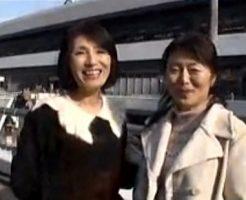 【五十路無料動画】五十路オバサン2人が同年代のオジサンをナンパし車へ連れ込み卑猥な行為w