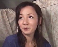 【奥様動画】クールそうで笑うとロリ可愛い奥様をイカせて挿入ハメハメ!!!