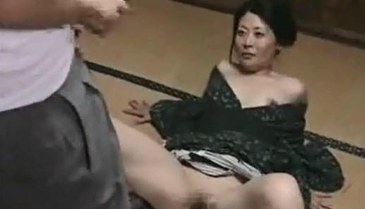 【SEX熟女動画】自分の子供の前でも平気で股を開き出入りの業者の男ともハメまくりな淫乱美人熟女ママがヤバイwww