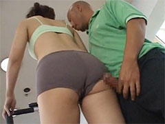 【SEX熟女動画】フィットネスジムに通う薄着の人妻のムチムチしたお尻にムラムラw