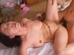 【SEX熟女動画】垂れ巨乳の鬼畜お母さんが夫と息子のペニスで乱れまくる3P近親相関