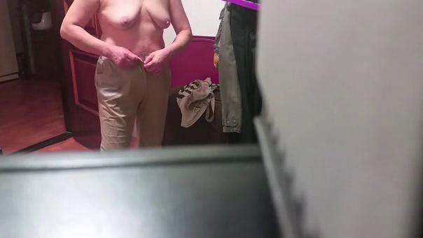 【SEX熟女動画】実家で還暦過ぎた母親が服を脱ぐところを隠し撮りww