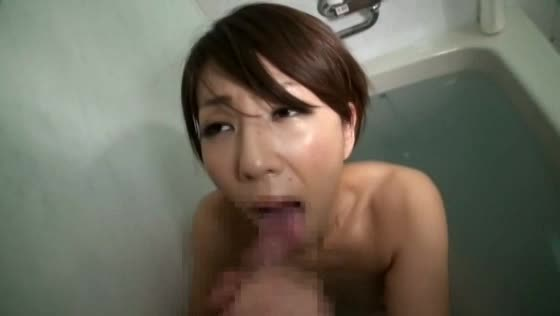 【SEX熟女動画】華奢で美乳なセクシー美熟女に肉棒を差し出し、フェラ&手コキで奉仕させる。