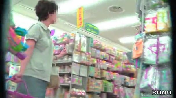 【SEX熟女動画】買い物カゴをもって店内を歩く人妻熟女を逆さ撮りパンツ盗撮ww