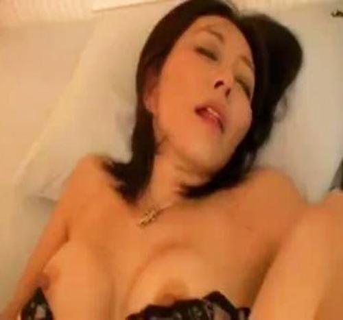 【SEX熟女動画】ハメられながらちんぽの絵を描くSEX中毒なスリムボディの五十路の美人な熟女を体位を変えて天国にイクくらいハメる無修正ムービー