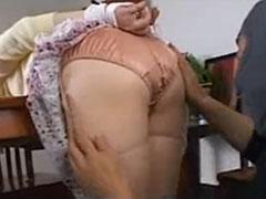【SEX熟女動画】空き巣にパンツをズリ下ろされ、後ろからブスブス突かれる人妻主婦