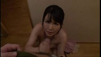 【SEX熟女動画】マイクロビキニの巨乳熟女にバイブを仕込み、手コキやフェラで奉仕させた結果w感じながら極上奉仕!