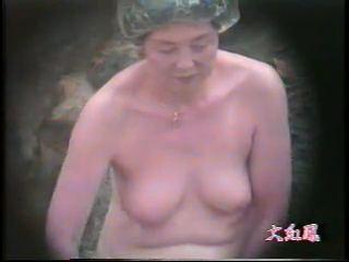 【SEX熟女動画】露天風呂に浸かる腰まわりのお肉がヤバイ50代のオバハンを隠し撮りwwww