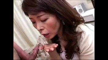 【SEX熟女動画】神津千絵子 アナタの精子ちょうだい…上目遣いフェラで精子を一滴残らず搾り取る高齢熟女w